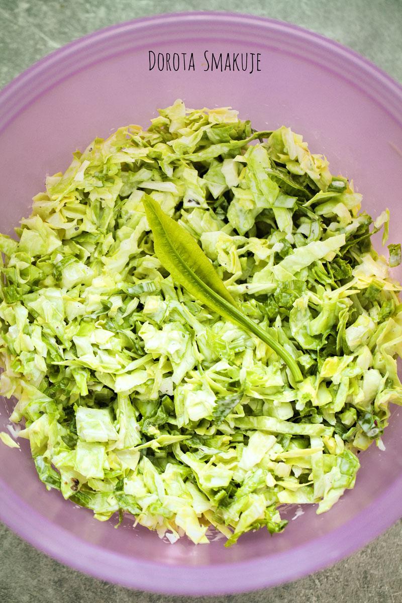 coleslaw z mlodej kapusty z listkami chrzanu