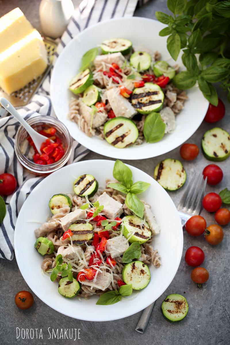 Makaron żytni z indykiem, cukinią i karmelizowaną papryką