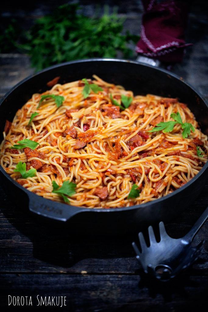 spaghetti z kiełbasą i leczo