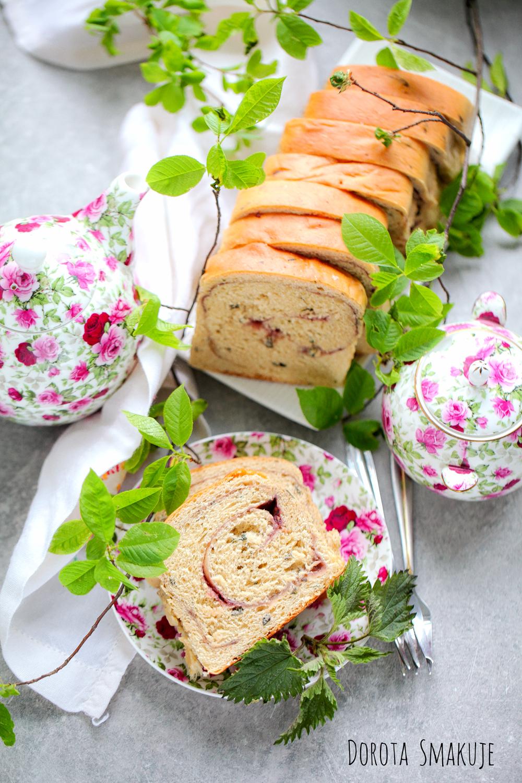 Ciasto drożdżowe z dżemem i pokrzywą