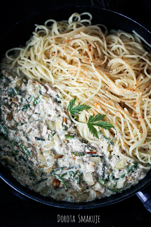 Spaghetti z tuńczykiem i pędami chmielu